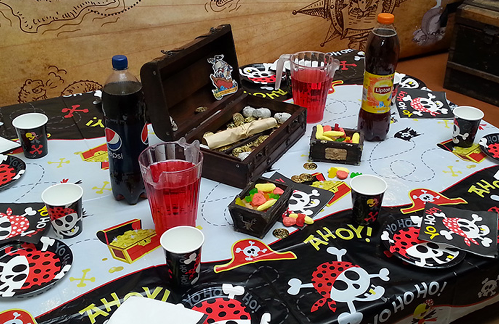 organiser un anniversaire la table des pirates. Black Bedroom Furniture Sets. Home Design Ideas